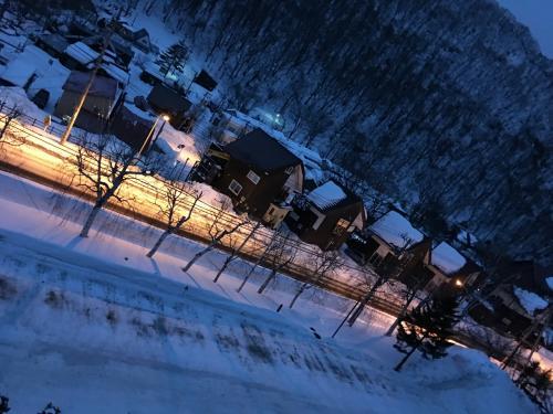 2017年、初めての旅は北海道ひとり旅。<br />温泉に行きたくて、クリスマス前に予約しました。<br />北海道の往復航空券は取れたけど、温泉はどこがいいのかなぁ。登別温泉や阿寒湖温泉など、有名な温泉もいいけど、大好きな小樽も行きたい。と言う事で朝里川温泉を選択しました。<br />ピーチ航空で往復、座席指定と手荷物料金をプラスして12000円ちょっと。<br />ホテルは楽天トラベルでシングルビジネスパックとやらで、7800円くらい。ツインのお部屋で朝食付き、片道バス代も払って貰えました。温泉も入りたい放題!!  空港から小樽まで片道1780円くらい。<br />市バス一日券が750円。おたる水族館が1000円、こちらも割引き券とか持っていくと200円くらい引いて貰えます。<br />近場の有馬温泉なんかより遥かにお安く行けました。  もちろん、有馬温泉も良いのですが高すぎるので、ひとり旅はむいてないです。あくまでも、私個人の勝手な意見ですが、、、<br />