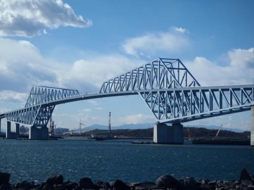最近は東京散歩になってきた旅行記ですが、お付き合いください。<br /><br />2012年に開通した東京ゲートブリッジを歩いて渡ってみようと出かけました。(現地に行って分かったのですが、歩いて通り抜けはできません)<br />2つの恐竜が向かい合っているような特異な形状をしていることから恐竜橋とも呼ばれてる橋です。<br />鉄道/バスでのアクセスは、JR京葉線・地下鉄有楽町線・りんかい線「新木場」駅から都バスで若洲キャンプ場行きに乗車して終点「若洲キャンプ場前」で下車です。<br />   <br />