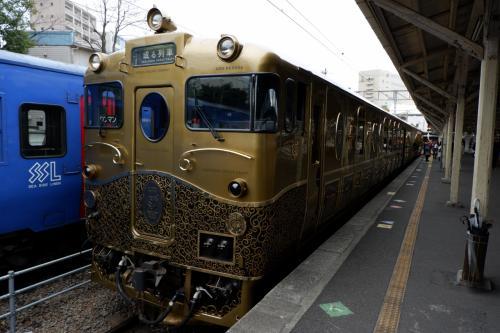 先日、「或る列車」に乗って来ました。<br />午前中は佐世保から長崎へ、午後は長崎から佐世保と走っています。<br /><br />前日に長崎に来ていたので、佐世保への午後の列車に乗りました。<br />豪華な車内で、美味しい食事とスイーツを食べながら鉄道の旅を楽しみました。<br />途中の駅では、あの豪華列車とすれ違いもありました!<br />そんな乗車記です。