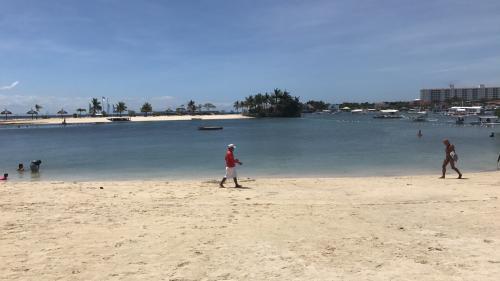 セブシティからタクシーで約1時間(但し、渋滞がなければ)。<br />マクタン島(空港がある島)の一区画がペニンシュラホテルもあるビーチリゾート地のブルーウォーターマリバゴビーチリゾートでデイユースで1日過ごしてきました。<br />ビーチはリゾートホテルプライベートビーチででいゆーすで利用するようです。<br />このホテルはランチ+1ドリンクで平日2000ペソ、土日は2500ペソ、レンタルタオルが500ペソ。<br />プールとプライベートビーチがあり1日過ごすには最適です。<br />ただ、土日は地元の富裕層が来ているので混んでいるようです。<br />ランチもバイキング形式で量、質ともGOOD。<br />ビーチライフを楽しむかショッピングほかで市内を楽しむかで選択してください。