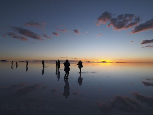 満天の星を映す鏡のような湖面、そんな写真を目にした時からいつかは訪れたいと思っていた『ウユニ塩湖』。<br />ウユニに行くなら、同じく一度は訪れたいと思っていた『マチュピチュ』にも行ってみよう!<br />というわけで、今回の旅が決定しました。<br />経由地の観光はナシ。 ウユニ&マチュピチュも駆け足。 かなりタイトなスケジュールになった上にハプニングだらけでしたが、憧れていた光景をこの目で見られた旅は色んな意味で記憶に残る旅となりました。<br /><br />≪スケジュール≫<br />1/23(月) 北京→日本(成田)<br />1/24(火) 日本→ヒューストン→リマ<br />1/25(水) リマ→クスコ       <br />1/26(木) マチュピチュ日帰り観光  <br />1/27(金) クスコ→ラパス→ウユニ  <br />1/28(土) ウユニ          ←旅行記はココ<br />1/29(日) ウユニ→ラパス<br />1/30(月) ラパス→クスコ→リマ<br />1/31(火) リマ→ヒューストン→<br />2/1(水)  →日本(成田)<br /><br />この旅行記では、午後→サンセットのウユニ湖ツアーの様子を記します。