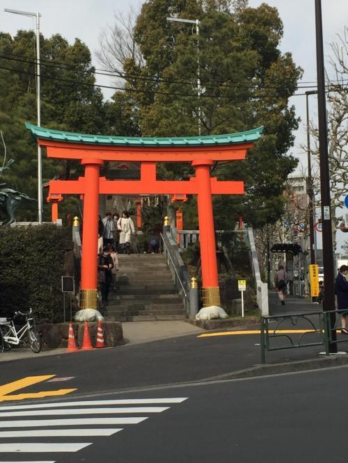 早稲田大学でのワークショップに出かけた折、少し時間があったので、早稲田通り沿いの神社仏閣、公園を散策した。今まで何度か通る道であったが、大変新鮮であった。メトロの早稲田で降り、左手に曲がり、まず最初は、馬場下門のところにある穴八幡宮、そのはす向かいにある龍泉院、日蓮宗萬年山法輪寺を見て、しばらく歩いて、坂上の所を右に曲がり、水稲荷神社、その境内の途中にある甘泉園公園を見た。特に甘泉園は、人一人おらず大変静かな公園であった。大変良く整備されていた。