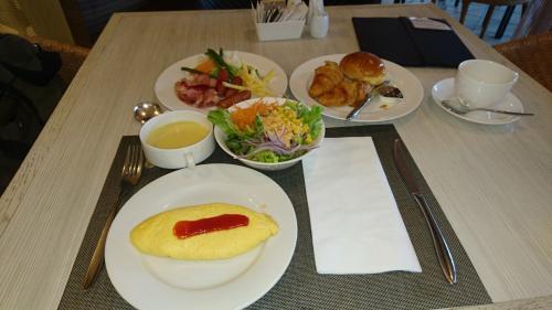 福岡空港工事観察日記も当面動きがないのであれこれ新機軸を考えていました。そこで思いついたのは管理人がこよなく愛している「ホテルの朝食ビュッフェ」確かに2500円以上するケースがあるけれども、パンやオムレツ等ホテルじゃないと食べることができない事。そして朝から健康的な食べ物を食べればその日は生き生きとした日々を送ることができる。<br /><br />そんなことで「各ホテルごとの朝食ビュッフェ」の観察日記(備忘録)を新シリーズで考えました。<br /><br />第1弾はJR博多駅の近所にある「Part1ANAクラウンプラザホテル福岡」<br /><br />