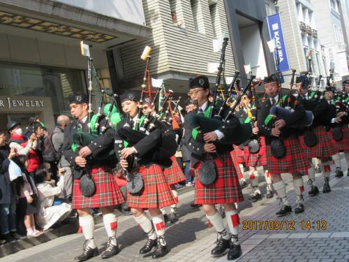 10数年ぶりにアイルランドのお祭り 第24回 ST.パトリック デーにアイルランドのナショナルカラーの「緑」系のシャツ、セーター、背広、帽子を身に着け散策してきた。多くの観客が詰めかけ盛況だった。<br /><br />パイプバンドやアイリッシュダンサー、軍音楽隊、海兵隊 など300人近くが横浜元町商店街を30-40分かけて往復。<br /><br />着飾った幼稚園生から高校、大学生や緑一色のアイルランド人(?)日本人のパレードを楽しんできた。<br /><br />