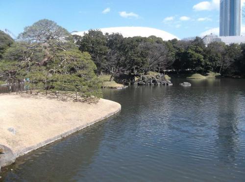 東京に長年いて何度も近くには来たことあるが,入ったことはなかった小石川後楽園へ入った.水戸徳川家江戸屋敷庭園で,場所によって景色が変わる見事な造園構造.築山された丘もあるので上下起伏もあり.国の特別史跡・特別名勝に指定されている.都心にあって貴重.反時計回りに一巡しました.<br /><br />良い解説が以下にある ― ただし私とは逆に時計回りに回ってます.<br />http://teien.tokyo-park.or.jp/special/walking.html
