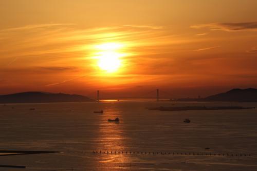 3月と10月に咲洲庁舎から<br />明石海峡大橋に夕日が重なるのを<br />遠望できます<br />イルカはいつも天気が良ければ<br />訪ねています