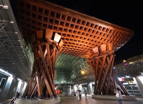 初めて旅行記を書く上に、旅行から時間が空き、その上ガイドブックが手元になく名所の名前が思いだせないところがあります><<br />見づらいかと思いますが何かの参考になれば幸いです。<br /><br />1日目<br />福岡空港 → 小松空港 (07:40-09:00)<br />金沢駅・ひがし茶屋街・兼六園・金沢城跡・金沢21世紀美術館・夜のひがし茶屋街・夜の金沢駅・尾山神社<br />2日目<br />武家屋敷跡・石川県立歴史博物館・鈴木大拙館・石川四高記念文化交流館・PREGO・片町きらら<br />小松空港 → 福岡空港 (19:35-20:55)