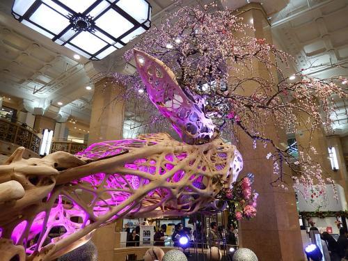 3月12日、午後2時半過ぎに高島屋・東京店に行った。 いつも楽しみにしている玄関入り口の正面飾りと催し場を見るためである。 今回は小原流の生け花「桃花の宴」が展示されていた。 春にふさわしい希望に満ちた華やかな生け花であった。<br /><br /><br /><br />*写真は高島屋・東京店の玄関入り口の正面飾り