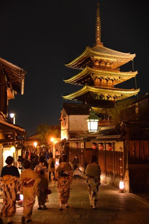 京都の旅二日目は今宮神社からスタート、<br />ほぼお隣の大徳寺で特別公開中の聚光院へ。<br />その後東山へ移動して、東山花灯路を楽しみました。<br /><br />花灯路は日没から20:02発の新幹線に乗るギリギリまでの<br />本当に短い時間でしたがとても良かった!<br />京都楽しかった!京都またよろしく!