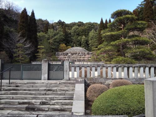 昭和天皇が眠る武蔵野御陵、テレビや新聞では見たことがあるものの、実際に行って見た人は意外に少ないのでは? 私もその一人だった。場所は町田街道の終点、高尾駅にほど近い。なので町田の自宅からも遠くない距離だ。3.11だから心を鎮めたかったという訳ではないが、震災から6年立ったこの日に、武蔵野陵を訪ねた。