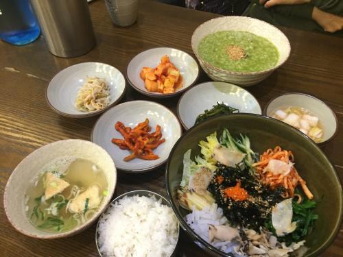 大好きな釜山へ、食い倒れの旅に出かけました。<br /><br />母とは何度も来たことがある釜山ですが、母と私だけだと食べれる量が限られてしまい、いろいろな種類の料理を頼むことが出来なかったのですが、食べるのが大好きな主人と行ったおかげで、たくさんのおいしいものを食べることが出来ました!<br /><br />旅はしょっちゅう行っておりますが、こんなに食い倒れたの初めて(^-^<br /><br />今回は海雲台に滞在しました。<br />宿泊したホテルはシークラウドホテルです。<br /><br />■釜山で食い倒れ♪①<br />http://4travel.jp/travelogue/11223454<br />Day1:『イ ハジョン カンジャンケジャン』でディナー、シークラウドホテル泊<br />Day2:『元祖あわび粥』で朝食。釜山タワーを登り、国際市場にある『トルゴレ』でランチ。ディナーはふぐの名店『クムスポックッ』で。<br /><br />■釜山で食い倒れ♪②<br />http://4travel.jp/travelogue/11223477<br />Day3:『元祖ハルメクッパッ』で朝ごはんを食べた後、センタムシティの新世界百貨店を散策。お昼は広安里ビーチにある『広安里民楽刺身センター』で。夜は海雲台にある焼肉屋さんでお腹一杯に。<br />Day4:朝は海雲台市場のデジクッパ屋で。ヌリマルAPECハウスの周辺を散策後、ランチに冷麺を食べ帰国の途に。