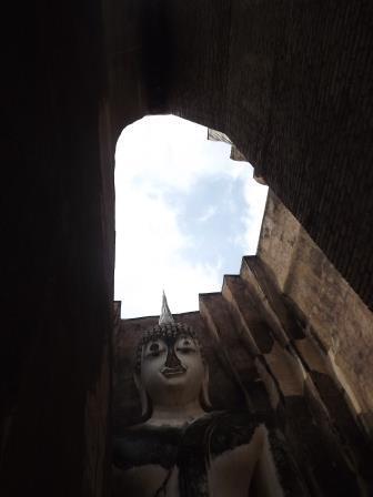 半月間の旅の9回目は、スコータイ時代の3遺跡のメイン「スコータイ遺跡」を見学。13年前に一度行ったのですが、この機会再訪。前回はピサヌロークからの日帰りでしたが、今回はスコータイ新市街から向かいました。