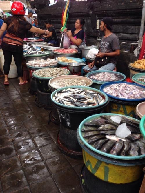 皆様、バリ島から今晩は^ - ^<br />今日は1週間分の食料を調達しに市場へ(pasar badung)<br />売る側のおばちゃんたちは最初は高く値段をつけるが、安くできないかと相談すると少し安くしてくれる^ ^<br /><br />おばちゃんたちありがとう♪