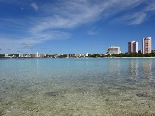 恒例になりつつあった3月の沖縄が、<br />今年はグアムに変更になりました。<br /><br />ゴルフの会員誌に、<br />グアムの提携ゴルフ場が載っていたのが契機です。<br /><br />久しぶりにグアムの綺麗な海を見たいワ・・・<br />デュシタニにも泊まって見たいワ・・・<br />と、気分盛り上がり~♪で出発しました。<br /><br />と・こ・ろ・が<br />今回のグアムは、何かが違ったのです。<br /><br />グアムの海は<br />相変わらず透きとおって美しく、<br />お天気にも恵まれました。<br />それなのに、<br />ウ~ン・・・・<br /><br />