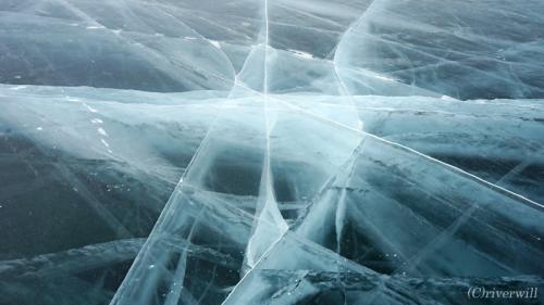 """琵琶湖の約46倍にも及ぶ、もはや海と言っても過言ではない巨大な湖・バイカル湖。<br /><br />1月~5月までは凍りつく冬季にあたります。<br />特に2月下旬から3月中旬までの春先の短い期間に起こる氷の亀裂の現象、<br />日本では通称""""御神(おみ)渡り""""と言いますが、<br /><br />この世のものとは思えないほどに神秘的な絶景です。<br /><br />▼詳細はこちらも併せてご覧ください。(写真・コメント多し)<br />http://tabinomori.com/travel-blogs/europe/russia/irkutsk/<br />"""
