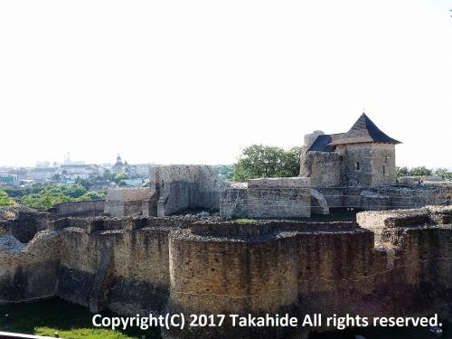 スチャバから日帰りツアーで世界遺産に登録されているモルドヴァの修道院群を見に行きました。<br />表紙は街の東の山頂にあるモルドヴァ公国の首都と定められた1388年に建てられた大城塞(Cetatea de Scaun a Sucevei)です。<br /><br />GPSによる旅程:http://takahide.hp2.jp/Romania/Romania.html<br /><br /><br />スチャバ:https://ja.wikipedia.org/wiki/%E3%82%B9%E3%83%81%E3%83%A3%E3%83%B4%E3%82%A1<br />モルドヴァの修道院群:http://whc.unesco.org/en/list/598/<br />モルドヴァの修道院群:https://ja.wikipedia.org/wiki/%E3%83%A2%E3%83%AB%E3%83%80%E3%83%B4%E3%82%A3%E3%82%A2%E5%8C%97%E9%83%A8%E3%81%AE%E5%A3%81%E7%94%BB%E6%95%99%E4%BC%9A%E7%BE%A4<br />モルドヴァ公国:https://ja.wikipedia.org/wiki/%E3%83%A2%E3%83%AB%E3%83%80%E3%83%B4%E3%82%A3%E3%82%A2<br />大城塞:https://translate.googleusercontent.com/translate_c?depth=1&hl=ja&rurl=translate.google.co.jp&sl=ro&sp=nmt4&tl=en&u=https://ro.wikipedia.org/wiki/Cetatea_de_Scaun_a_Sucevei&usg=ALkJrhhSEZ1d9aPgM9pS-Le7x7o488XklA