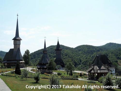 スチャバ(Suceava)からローカルバスでシィゲトゥ・マルマツィエイ(Sighetu Marmaţiei)まで一日かけて移動し、翌日現地ツアーで世界遺産のマラムレシュ(Maramureş)の木造聖堂群とサプンツァ(Săpân?a)の陽気な墓(Cimitirul Vesel)を見学しに行きました。<br />表紙は敷地内に幾つもの木造教会が建っているブルサナ修道院(Mănăstirea Bârsana)です。<br /><br />GPSによる旅程:http://takahide.hp2.jp/Romania/Romania.html<br /><br /><br />スチャバ:https://ja.wikipedia.org/wiki/%E3%82%B9%E3%83%81%E3%83%A3%E3%83%B4%E3%82%A1<br />シィゲトゥ・マルマツィエイ:https://ja.wikipedia.org/wiki/%E3%82%B7%E3%82%B2%E3%83%88%E3%82%A5%E3%83%BB%E3%83%9E%E3%83%AB%E3%83%9E%E3%83%84%E3%82%A3%E3%82%A8%E3%82%A4<br />世界遺産:http://whc.unesco.org/en/list/904/<br />マラムレシュ:https://ja.wikipedia.org/wiki/%E3%83%9E%E3%83%A9%E3%83%A0%E3%83%AC%E3%82%B7%E3%83%A5%E7%9C%8C<br />サプンツァ:https://en.wikipedia.org/wiki/Săpân?a<br />陽気な墓:https://en.wikipedia.org/wiki/Merry_Cemetery<br />ブルサナ修道院:http://www.romaniatabi.jp/unesco/maramures/barsana.php<br />ブルサナ修道院:https://translate.googleusercontent.com/translate_c?depth=1&hl=ja&rurl=translate.google.co.jp&sl=ro&sp=nmt4&tl=en&u=https://ro.wikipedia.org/wiki/M%25C4%2583n%25C4%2583stirea_B%25C3%25A2rsana&usg=ALkJrhhnuauO-MJc6Wcwd71uP5JAoW_qSg
