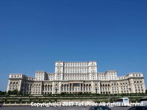 シゲトゥ・マルマツィエイ(Sighetu Marmaţiei)からの寝台列車で到着後、お昼過ぎのルセ(Русе)行きの列車まで、駅に荷物を預けて街歩き。<br />前回来た際には見学できなかった国民の館(Casa Poporului)などを見学しました。<br /><br />GPSによる旅程:http://takahide.hp2.jp/Romania/Romania.html<br /><br /><br />ブカレスト:https://ja.wikipedia.org/wiki/%E3%83%96%E3%82%AB%E3%83%AC%E3%82%B9%E3%83%88<br />シゲトゥ・マルマツィエイ:https://ja.wikipedia.org/wiki/%E3%82%B7%E3%82%B2%E3%83%88%E3%82%A5%E3%83%BB%E3%83%9E%E3%83%AB%E3%83%9E%E3%83%84%E3%82%A3%E3%82%A8%E3%82%A4<br />ルセ:https://ja.wikipedia.org/wiki/%E3%83%AB%E3%82%BB<br />国民の館:https://ja.wikipedia.org/wiki/%E5%9B%BD%E6%B0%91%E3%81%AE%E9%A4%A8<br />国民の館:http://cic.cdep.ro/en