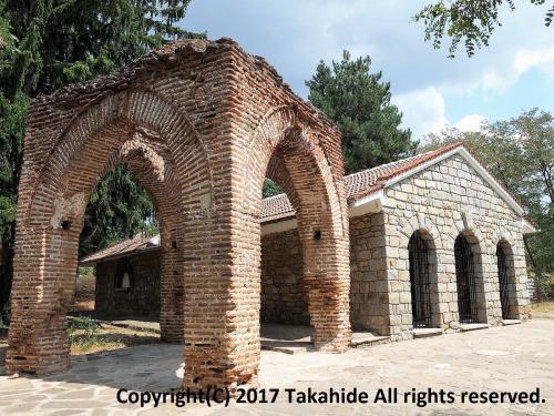 ルセ(Русе)からプロヴディフ(Пловдив)へ移動の途中、カザンラク(Казанлък)に立ち寄りました。<br />先ずは駅から北東に歩き、世界遺産に登録されているカザンラクのトラキア人の墳墓(Казанлъшка гробница)へ。<br />表紙写真のオリジナルの丸天井型地下墳墓は公開されていませんが、近くにレプリカが作成されており、そちらを見学することができます。<br /><br />GPSによる旅程:http://takahide.hp2.jp/Romania/Romania.html<br /><br /><br />ルセ:https://ja.wikipedia.org/wiki/%E3%83%AB%E3%82%BB<br />プロヴディフ:https://ja.wikipedia.org/wiki/%E3%83%97%E3%83%AD%E3%83%B4%E3%83%87%E3%82%A3%E3%83%95<br />カザンラク:<br />カザンラクのトラキア人の墳墓:https://ja.wikipedia.org/wiki/%E3%82%AB%E3%82%B6%E3%83%B3%E3%83%A9%E3%82%AF%E3%81%AE%E3%83%88%E3%83%A9%E3%82%AD%E3%82%A2%E4%BA%BA%E3%81%AE%E5%A2%B3%E5%A2%93<br />カザンラクのトラキア人の墳墓:http://whc.unesco.org/en/list/44/