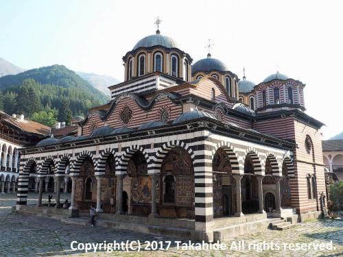 ブラゴエヴグラト(Благоевград)のバスターミナルを7:00に出るバスでリラ(Рила)へ。リラの町で僧院行きに乗り換えてリラの僧院到着です。<br />リラの僧院は、イヴァン・リルスキ(Свети Иван Рилски)によって建立されたブルガリア正教会の修道院です。<br />ソフィア(София)からのバスが到着するまでは閑散としています。<br /><br />GPSによる旅程:http://takahide.hp2.jp/Romania/Romania.html<br /><br /><br />ブラゴエヴグラト:https://ja.wikipedia.org/wiki/%E3%83%96%E3%83%A9%E3%82%B4%E3%82%A8%E3%83%B4%E3%82%B0%E3%83%A9%E3%83%88<br />リラ:https://ja.wikipedia.org/wiki/%E3%83%AA%E3%83%A9_(%E3%83%96%E3%83%AB%E3%82%AC%E3%83%AA%E3%82%A2)<br />リラの僧院:http://www.rilamonastery.pmg-blg.com/Home_page_en.htm<br />リラの僧院:https://ja.wikipedia.org/wiki/%E3%83%AA%E3%83%A9%E4%BF%AE%E9%81%93%E9%99%A2<br />リラの僧院:http://whc.unesco.org/en/list/216/<br />イヴァン・リルスキ:https://ja.wikipedia.org/wiki/%E3%83%AA%E3%83%A9%E3%81%AE%E3%82%A4%E3%82%AA%E3%82%A2%E3%83%B3<br />ブルガリア正教会:https://ja.wikipedia.org/wiki/%E3%83%96%E3%83%AB%E3%82%AC%E3%83%AA%E3%82%A2%E6%AD%A3%E6%95%99%E4%BC%9A<br />修道院:https://ja.wikipedia.org/wiki/%E4%BF%AE%E9%81%93%E9%99%A2<br />ソフィア:https://ja.wikipedia.org/wiki/%E3%82%BD%E3%83%95%E3%82%A3%E3%82%A2_(%E3%83%96%E3%83%AB%E3%82%AC%E3%83%AA%E3%82%A2)