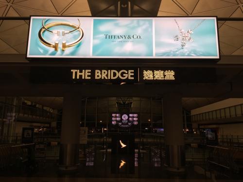 JGCに入会してから 2度目の利用<br /><br />香港国際空港のキャセイパシフィック航空ラウンジ。<br /><br />今回はトランジット時間の関係で 何軒もはしごせず<br /><br />搭乗ゲートに近い The bridgeと リニューアルして期待大のThe Pireへ。<br /><br /><br />今年の夏にも利用するので、下見も兼ねて。
