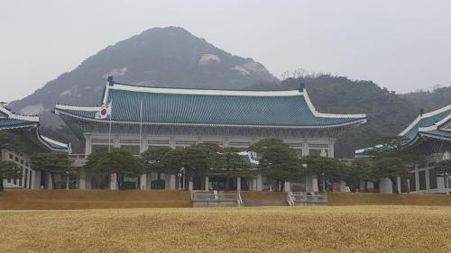 いつもの韓国1人旅です。<br /><br />1日目は前回の旅行の際に申し込もうと思ったら予約がいっぱいで断念した青瓦台観覧ツアーに参加しました。<br /><br />3日間雨の予報でしたが、そこは『台風も逃げ出す女』自称晴れ女の私のこと。。1日目だけは雨に降られましたが早々に雨雲は立ち去ってゆきました。^皿^<br /><br />2日目は束草に行く予定でしたが、雨の予報でしたので前日に予定を変更してミュージカル『パルレ』を観ることに決め、コネストで予約をしました。<br /><br />雨は朝方であがりましたが束草へは気候の良い時期に行くことにして午前中はCOEXに行って映画『美女と野獣』を観ました。