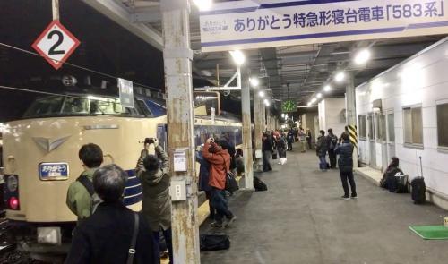 4/8に約50年の歴史を走ってた583系が引退。ちょうど今年秋田新幹線が20周年、電車でGO!が20周年で秋田行く計画があり、いつ行くか迷ってたら「583系引退」のニュースが。これを機に秋田へ出かけることに決めました。<br /><br />4/8に団体臨時列車ツアーの583系に乗ることも計画にありましたがスケジュール見たら微妙で秋田~弘前を往復しないといけない、4/7夜仕事後に秋田行くには飛行機でしかなく、その飛行機の便の時間も「18時55分発」とギリギリ間に合うかどうかということで乗ることは微妙かということで…<br /><br />583系を撮影しに行くなら可能か?と検討した結果、金曜夜からでも弘前までなら鉄道ルートで出れることが判明。よし、撮影なら行ける!!と思い「583系ラストラン撮影紀行」と題して決行することに決定。さらに秋田新幹線開業20周年、電車でGO!稼働20周年というこの2017年に秋田新幹線に乗りに行くことに決めました(当初は秋田編としてこの秋田新幹線乗ることは決めていた)。まずは583系ラストラン撮影紀行編です。<br /><br />撮影するなら撮影地に行きたいと思い、色々ネットで挙げられてる撮影地を探して行けそうなところをピックアップしました。その中からさらに検討して自分のカメラやiphoneでも撮影できそうな撮影地を厳選。超有名な「陣馬~白沢」の撮影地も考えましたが駅から徒歩30分くらいもかかる点から除外。色々検討した結果、「大仏公園展望台から(奥羽本線石川~大鰐温泉の間にある。弘南鉄道石川駅から徒歩10分程度)」「土崎カーブ(土崎駅から徒歩10分程度)」なら撮影できるか?と思い2つに絞りました。しかしどちらも光線的には曇り向きでしたので曇りであることを祈りつつ?決行しました。<br /><br />最後の583系は秋田駅にてお出迎えに立ち会いました。たくさんの人が見てました。乗ってた人もたくさんいた。もしかしたら乗ってる側になってたかもしれないけど…秋田で最後の別れもしました。<br /><br />ちょうど今年秋田に行く計画が浮上。いつ行くか迷ってたら583系引退のニュースが飛び込んできてこれを機に秋田に行くことに決めました。ネット時代だからできたことだと思いました。色々感謝です。583系約50年間お疲れ様でした!