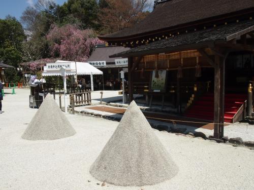 京都に桜を見に行きました!<br /><br />今年は咲き始めから土日は曇りや雨とイマイチな天気。この週末も天気が崩れそうだなぁと思っていたら休日出勤の振替休日を晴れの平日にゲット!去年は曇りの中の桜観光でしたが今年は青空の写真が撮れそうです(^^)<br /><br /><br />*上賀茂神社<br />*妙満寺<br /> 八坂神社<br /> 円山公園<br /> 知恩院<br /> 平安神宮