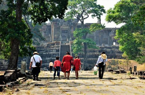 オッサンネコです。<br /><br />カンボジアには二つの世界遺産があります。<br />ひとつは世界的にも有名なアンコール寺院群、そしてもう一つがプレアヴィヒア寺院。<br />プレアヴィヒア寺院はタイとカンボジアの国境線付近にある遺跡で、<br />長らくその領土をめぐって二国間は激しい衝突を繰り返してきました。<br />これまでは安全面やアクセスの都合から訪れるのが難しい遺跡だとされてきましたが、現在はその紛争も小康状態に。<br />アクセスが容易になった昨今、何気なく見たVERTRAのプロモーションで、<br />プレアヴィヒア寺院とコーケー遺跡がセットになって99$というじゃありませんか。<br />うーん、3分悩んで即決。<br />LCCのチケットからツアー申し込みまでポチポチが繰り返され<br />あっという間に10年ぶりのシェムリアップ行きが決まったのでした。<br /><br />その時の記録です。