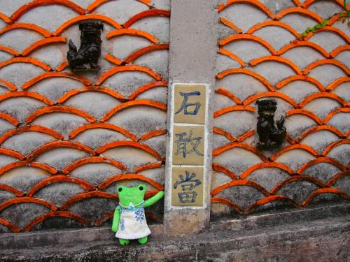 今年2回目の沖縄1人旅。<br />2月に、あまりの寒さから逃避したくて予約を入れていました。<br />今回は路線バスを利用して少し遠出して読谷の「やちむんの里」に行ってみようと決めていて<br />あとは那覇から自転車で「美らSUNビーチ」まで行ってみよう!!<br />路線バスって大阪に居ても全く乗らないので不安でルート確認は入念にしておきました。<br />ビーチへ行く経路はiPhone頼りでね。<br /><br />そうやって計画を立てていた頃、3月の後半。大好きだったおじいちゃんが亡くなりました。<br />自分で思っていた以上に気持ちが落ち込み旅行の事も考える気になれなくなって中止しようかとも考えていましたが気分転換にもなるし、おじいちゃんは旅行が好きな人でした。<br />5年位前に、おばあちゃんが亡くなった時も旅行を計画していて中止しようかと思いながらも決行して不思議な事があったので今回もまた行く事に決めました。<br />結果、行って良かったと思います。<br />何か特別な事が起きた訳ではありませんが、旅行から帰って来て少し前に進めた気がしたからです。<br /><br />これからも沢山、旅に出る!!<br /><br />今回の沖縄、にゃんこにも沢山出会いましたニャー<br /><br />★ANAネット予約(2/16予約)<br />関空ー那覇 ¥12900(旅割28)<br />那覇ー伊丹 ¥19000(旅割55)<br />ANAコイン利用(ー¥300)¥31600<br /><br />★宿泊(楽天トラベル 2/16予約)<br />SeaPaっPa(女性専用ゲストハウス)<br />プライベートルーム 食事なし 2泊3日¥4800<br />(クーポン利用ー¥700)¥4100<br /><br />★那覇まちまーい(HP予約3/29予約)<br />壺屋のツボやちむん通りとすーじぐゎーめぐり<br />1時間半 ¥1000