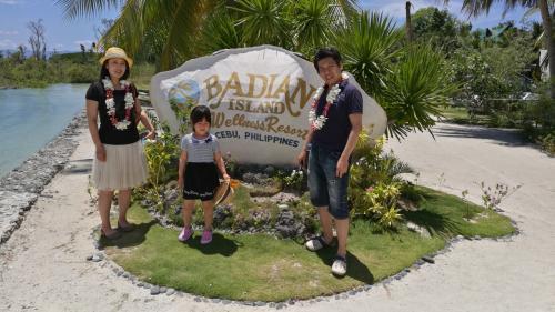 娘が産まれてから初めての海外旅行♪♪♪<br />しかも私が退職した無職の間に(笑)フィリピンに8泊9日の旅行。最初は長いかと思ったけど、、全然足りない(笑)<br />ちょうど、到着日からホーリーウィークに重なったので、来年のホーリーウィークに重なる方への参考にもなれば。<br /><br />1日目移動日なのでエスカリオセントラルホテル<br />(かなりコスパに優れた良ホテル)<br /><br />2日~4日目 バディアンアイランドリゾートホテル<br />(極上リゾート)<br /><br />4日~7日目 プランテーションベイリゾートホテル<br />(家族、カップルにおすすめ!)<br />7日~9日目 帰国を楽にする為に空港まで徒歩3分のウォーターフロントエアポートホテル<br />(帰国を楽にしたければ最終日だけでもオススメ!カジノもあります。)<br /><br />今回は旅行前日にボホール島にて過激派組織の銃撃事件や最終日前日にはマニラでの邦人射殺事件(御冥福をお祈り致します)があったりと、まだまだ治安は改善されてないものの、一般的な家族旅行をするには問題は無いと思います。<br />そして、日本人よりも親切で温かいフィリピン人の方々の優しさに触れた旅行となりました。<br />また、、私はこの旅行で2回も個人的なトラブルに合いました。<br />完全に私が悪いのですが(笑)<br />そして、旅行自体は全て個人手配!<br />エクスペディアとbooking.comで予約して。<br />現地の移動手段を全て使って安く満喫!<br />タクシー・トライシクル・ジプニー・バイクタクシーも乗りました!!<br /><br />ネットではハードル高いとか言われてますが、片言の英単語レベルで全て制覇できます!<br />何故ならフィリピン人が親切だから! <br />※1部の2人組を除く。<br /><br /><br />私も過去の皆さんの旅行記を参考にさせて頂きました。<br />一つ言える事は、せっかくフィリピンに行くならタクシーばかり使って欲しくない。<br />マクタン⇔セブの移動であればジプニーは激混みだからタクシーでも良いと思いますが、他はいくらでも現地の格安移動手段がありますので、異国を感じるためにも、片言英語でチャレンジして下さい!<br />きっと良い思い出になります!<br /><br />長文で写真満載です。写真は800枚動画180分ありましたが、なんとか317枚の写真にまとめました!<br /><br />※基本的に家族の思い出なので、見ていてどうでもいい画像もありますが、スルーして下さい。<br /><br />それでは多少でもこれから行かれる方々の参考になれば!<br /><br />
