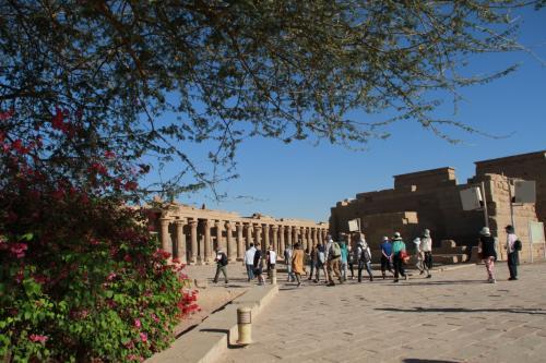 夜のうちにアスワンに到着<br /><br />「イシス神殿」を見た後,砂漠の中をバスで走り抜け「アブ・シンベル神殿」を訪れました。
