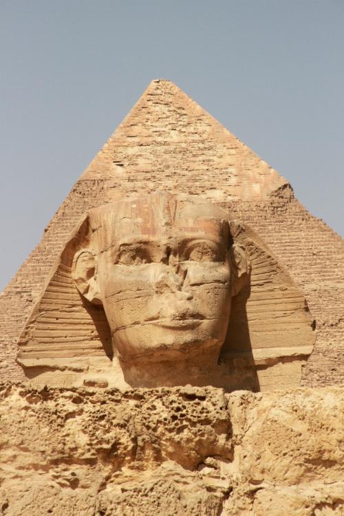 ギザ地区の「三大ピラミッド」と「スフィンクス」<br /><br />ギザのピラミッドの造営時期は,現在より約4500年前の紀元前2500年頃で,エジプト第4王朝期に建設されているそうです。<br /><br />被葬者はクフ王,カフラー王,メンカウラー王