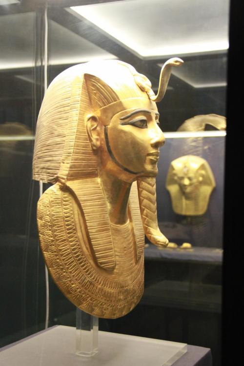 ツタンカーメン王の王墓から発掘された黄金のマスク,黄金の玉座をはじめ,カフラー王座像,ラムセス2世のミイラなど多くのお宝が展示されています。<br /><br />撮影許可券を購入しましたが,黄金のマスクと副葬品,ミラ室内などは撮影不可でした。