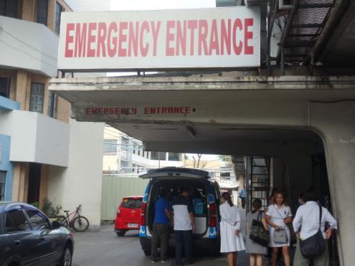 今回はアウトバウンドの仕事です。あしながジュニアイングリッシュキャンプに医師として同行します。あしなが育英会主催です。行先はフィリピン・パナイ島のイロイロ(Iloilo)です。ダジャレのような地名です。「色々」ではありません。後で知ったのですが、意外と重要な都市のようです。日本中からの中学生と一部小学生(高学年)、合計66名参加です。それをサポートするスタッフ数も30名近くいます。<br /><br />主な仕事は子供たちの健康管理で、経験上、風邪症状や頭痛、腹痛などを素早く治してあげることです。もちろん暑いところなので、熱中症にも要注意です。ところが、想定外のことが起こり事態は一転します。<br /><br /><br />【3月25日(土)】<br />今日は恒例のAFS春年間生が飛行機で福岡へやってくる日です。博多支部長の私はもちろん出迎えに参加しました。博多支部ではそのまま簡単にオリエンテーションをするのですが、16時20分発のANA羽田行きに乗らなければならないので、途中で退席しました。今日は前泊なので成田なのですが、この出迎えのために少し遅い便にしたかったので、成田空港直行便がありません。羽田からリムジンバスにのり成田空港へ行き、そこからホテル日航成田のシャトルバスで到着したのは午後8時頃でした。あしながの職員から必要書類、名札などを受け取り、関係者に挨拶しただけで部屋にチェックインしました。軽くおにぎりを食べていたのですが、部屋にはハンバーグカレーが置いてあり、有難くいただきました。<br /><br /><br />【3月26日(日)】<br />約100名とともに、ホテルでの朝食後、7時15分頃バスですぐ近くの成田空港へ移動し、余裕を持って9時30分のフィリピン航空マニラ行きへ乗ります。意外と遠く5時間近くかかりました。時差は1時間で現地時間午後1時半頃到着しました。フィリピンは30年以上前独身の頃、マニラと近郊ビーチに行ったことがあります。二度目です。今時珍しい機内で、個別モニターも団体のモニターもありません。最後尾の無料スナックやドリンクのコーナーもありません。驚いたのが、天井からミストがかなり派手に出てくることです。これなら、機内の乾燥を防げます。<br /><br />乗り換えのマニラ空港はわかりにくく、どちらから入国審査に行っていいのかわかりません。アメリカ人職員アイザックと一緒でしたが、回りにグループの誰もいないのに気づき元に戻りました。職員の数人が入国審査の入り口にとどまっています。児童売買の盛んなフィリピンは子供の入国審査が厳しいらしく、15歳以下(今回のほとんどの生徒たち)はビザではないが特別な審査書類が必要なようです。ですから、手続きに時間がかかっていました。アメリカのように経由地でも一旦荷物を引き取るのですが、X線も通さず結局新たにラベルを貼って元のターンテーブルに戻すのです。意味がわかりません。面倒なだけですが・・・<br /><br />時間に余裕があったので構いませんが、マニラ発午後4時50分発のPR2145便でイロイロへ。午後6時には宿舎へ到着しました。我々のホテルは Adhara Resort でロッジタイプです。私の部屋は有難いことにスイートで、一人なのに大きなベッドが二つもあり広いです。但し、南国なのでシャワーのみです。スタッフの一部と主に中学生がこのホテルで、小学生と他のスタッフは近くの Sheridan Hotel です。人数が多いので、夕食から全てバイキング料理のようです。午後7時から長粒米のパサパサご飯とおかず3品程度とスープがありました。まぁ、こんなものでしょう。食べれないほどまずくはありません。ある男子生徒がこのご飯を見て、水の配合を間違えていると言います。男の子にしてはご飯を炊いたことがあるのでしょうか?でも、実際はコメの種類自体が違うことを教えてあげました。<br /><br />現地での携帯電話とシムカード、プリペイドカード(発信用)を受け取りました。シムカードは簡単に入れて安心していました。後で、このままでは発信できないことを知りプリペイドカードの番号を入力しました。<br /><br />まだ到着したばかりですが、歯痛の女子小学生に鎮痛剤を渡し、フライト直後から左こめかみ痛、頭痛を訴える中学生男子は経過観察のみにしました。<br /><br /><br />【3月27日(月)】<br />実質、最初の朝です。7時半から全員で体操をします。聞いたことのある日本のヨーデル体操、それから世界で流行っているらしい体操をフィリピン人スタッフ2人、日本人スタッフ2人がリードしながら踊ります。8時15分くらいからバイキング形式の朝食です。高級ホテルではなく、子供たち