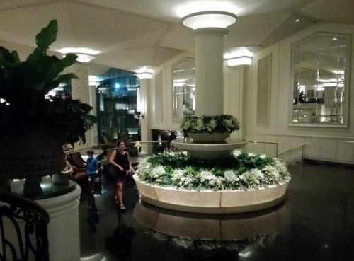 2月13日(月)~24日(金)まで、タイのパタヤ、チェンマイ、バンコクで、ゴルフを中心に、周辺の観光をしてきました。<br /><br /> この第3編では、バンコクでの3日間を報告します。<br /><br /> ホテルはディシュタニ・バンコク。1970年開業。タイ資本による高級老舗ホテルで、タイ王室や各国の賓客が数多く訪れることで有名です。ディシュタニの名称はタイ語で「天国の街」の意味。<br /> このディシュタニ・バンコクは、2018年3月末でクローズして取り壊し、周辺地域とともに再開発を行なって、2022年に再オープンの予定となっています。
