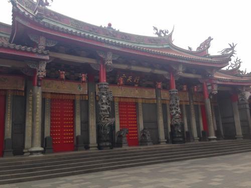 台湾滞在 24時間でも、結構行けるもんだと 我ながら感心しています。<br /><br />前日の テレサテンのお墓詣り・金山老街・基隆の夜市・台北の夜市・<br />    そして台北のお寺など有名どころ4か所<br />結構行けるものです。<br /><br />ただ、歩き疲れて 足がぱんぱんになっていますけど・・・・・<br /><br />最後の観光ポイント 行天宮です。