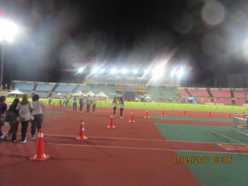 今回は 旅の途中に 第10回記念のボルネオ国際マラソンに参加してきました<br />マレーシアやタイの国際マラソンは 日本のマラソン大会とは違い 大会の前日まで参加申し込みができることが多く、直前になって参加することが可能!<br />それでいて、途中のエイドステーションの給水が不足なんていうことは全くないんです<br />30℃近い酷暑での給水ができなければ選手にとっては死活問題ですから・・<br />スタート地点はリカススタジアムの周辺でゴールはスタジアム内!<br />フルマラソンは0300のスタート ハーフは0500のスタートなので。ハーフに参加した私は、復路はフルマラソンのランナーと同じコースを走ることに・・<br />コース自体が広いので全く混乱はない!<br />給水もほぼ2kmに1か所!<br />大会運営も日本の大会よりも良いくらいに感じました<br />