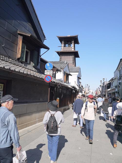 旅行にはツアーで行くような旅行と自分で計画を立てていく旅行があります。洋服に例えるなら、ツアーの旅行は既製服です。自分のプランで出掛けるのは注文服です。その両者を取り入れたような旅行に行ってきました。<br />貸切新幹線クラブツーリズム号で行くGW満喫 6プランと言うものの中の1つで東京フリープランの旅行に行ってきました。1本の新幹線で、東京ディズニーランドへ行ったり、鎌倉へ行ったりする6つのプランが有りました。私たちは名古屋から乗車しましたが、新大阪が始発で京都駅に停まって来ました。名古屋、新横浜、品川に停まりました。臨時列車でしたが、「のぞみ」と同様で運行していました。<br />6つのプランの内の1つ。「東京フリープラン3日間」を申し込んで居ました。東京での3日間です。自分で考えたプランを行動に移して行って来ました。<br />第1日目は埼玉県の川越へ出掛けました。川越を舞台にしたNHKの朝の連続ドラマで「つばさ」と言うのが有りました。若々しい多部未華子。その母親役が高畑淳子でした。そんなドラマの舞台となった場所を訪ねてみたかったのです。 <br />今日、移動したコースです。<br />JR名古屋駅  ― JR東京駅  ― JR東京駅  ― JR池袋駅  ― <br />東武池袋駅 ― 東武川越駅 ― 川越市立博物館 ― 菓子屋横丁 ― <br />川越の時の鐘 ― 西武本川越駅  ― 西武新宿駅  ― JR新宿駅 <br />― JR浜松町 ― 東京プリンスホテル<br />駅名にJRとか東武と着いていない駅がありますが、乗換えで区別するため付しました。<br /><br /><br /><br /><br />感想<br />臨時列車と言っても、その運行形態は「のぞみ」と同様の列車でした。<br />その列車の車窓から富士山が望めました。また、東京プリンスホテルでは東京タワーが望める西向きの部屋でした。富士山が見れたり、タワーが見れたり。列車の座席が良かった。ホテルの部屋が良かった。ラッキーでした。<br /> 川越まつりで祭屋台を見れたのはラッキーでした。その川越まつりでの屋台を展示している川越まつり会館が有るのを後になって知りました。まつりの最中でしたが、寄って来れば良かったと思いました。<br />昼頃に東京へ着いて川越に行って来ました。色々の電車に乗れて面白かったです。<br />ゴールデンウイーク中で川越は混雑していました。それでも階や横丁へ行ったりして初期の目的を達成する事が出来ました。