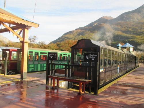 南アメリカの最南端の街・ウシュアイアのメインストリートのサンマルティン通り沿い西側にある「ホテルビラプレシア」に連泊して周辺の観光をしました、到着日翌日は「ティエラデルフエゴ国立公園」に行きました。<br /><br />ティエラデルフエゴ国立公園に行く為、かわいいミニ鉄道(狭軌鉄道)の「世界の果て号」の世界の果て駅に、ここでしばらく列車乗車まで時間がありましたので駅構内など散策、出発後は狭い車内から車窓を楽しんでだり、停車駅のマカレナの滝駅で下車して周辺の滝など見て散策して、再び乗車して終点の国立公園駅に到着、駅から公園内を散策しました。<br /><br />宿泊で利用したホテルビラプレシアは市街地の大通り・サンマルティン通りの西側にあり、近くにカフェ・レストランやお土産屋があり、又、スーパーマーケットもそばにあり便利でした、施設は普通で規模は小さい方なので建物内移動は楽でした。