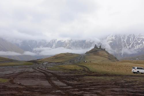 2017年のGWはコーカサス3国へ。中でもアルメニアが第一の目的でした。<br /><br />その4は、ジョージア軍用道路を北へ。カズベキのツミンダ・サメバ教会を目指します。途中のグダウリから北は、冬季は積雪で閉鎖されることも。今年は特に雪が多く、5月になって開通したばかりだったそうです。<br /><br />・アナヌリ教会<br />・ジョージア軍用道路と動物たち<br />・標高2,003mのスキーリゾート、グダウリで宿泊<br />・つづら折の道で、ロシア-ジョージア友好モニュメントへ<br />・雪の十字架峠(標高2,395m)<br />・カズベキ(ステパン・ツミンダ)到着<br />・4WDに乗り換えて、ツミンダ・サメバ教会へ<br />・再びジョージア軍用道路で戻る<br /><br />表紙写真は、コーカサス山脈を背景に佇む、ツミンダ・サメバ教会。