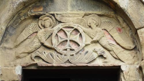 2017年のGWはコーカサス3国へ。中でもアルメニアが第一の目的でした。<br /><br />その5は、世界遺産のムツヘタ歴史地区。前回訪れたときも感動した、丘の上のジュヴァリ聖堂と、かつての主教座教会、スヴェティツホヴェリ大聖堂をじっくりと。<br /><br />・6世紀の建物が残る、丘の上のジュヴァリ聖堂(内部と外部)<br />・聖堂前のテラスからムツヘタの街を見下ろす<br />・ムツヘタ市街、駐車場からスヴェティツホヴェリ大聖堂へ<br />・大聖堂の内部と外部<br /><br />表紙写真は、ジュヴァリ聖堂のタンパンに彫られた、十字架を掲げた天使のレリーフ