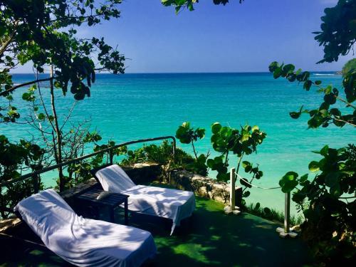 「完璧な大人のリゾート」と言われるジャマイカイン。<br />ハネムーンの若いカップルもいますが、たいていはリピーターのようで一目でハイクラスと分かる客層でした。(私達浮いてたかしら・・・)<br /><br />ジャマイカインのホテル内だけ別の時間が流れているような、美しい庭とビーチはパラダイスという言葉そのものでした。<br />このホテルの唯一のウィークポイントはバスルームが狭いということでしょうか。<br />建物が古いのはこのホテルの味でもあるし個人的な気になりませんが、バリアフリーという点ではゲストによっては不自由でしょう。<br />あと、スタッフによっては愛想が無い人が稀にいたのは残念。基本的にはホスピタリティーに溢れたスタッフなので、マイナス点が逆に目立ってしまうという・・<br /><br />最終的には、非常にジャマイカを感じさせてくれる、由緒あるこの美しいホテルに宿泊出来て非常に満足です。<br />またジャマイカに行く事があればまたジャマイカインに泊まります。