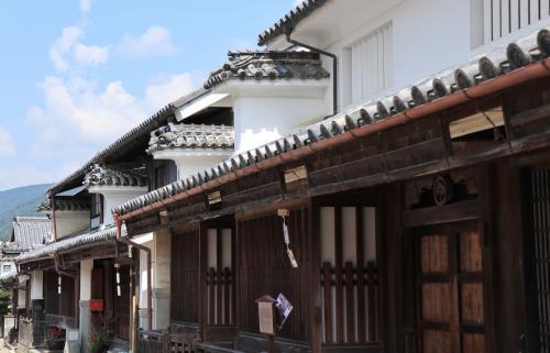 これまで四国には子供の頃に徳島の親戚の家に訪れたのと、社会人になって松山に出張で行ったことしかなく、縁の薄い土地でした。が、フォートラメイトの方々の旅行記を見て俄然行ってみたくなり、春先からその機会をうかがっていました。<br /><br />3月に予定していた大塚美術館と直島の旅は母の骨折というアクシデントで流れてしまったものの、今回祖谷のかずら橋と高知のモネの庭、にこ淵をめぐる旅が実現!<br />1泊2日のショートトリップ、しかもピンポイントの旅でしたが、深緑と草花、そして美しい山と川に癒されてきました。<br /><br /><br />1日目 東京(羽田)→高松<br />    高松空港~脇町うだつの町並み~奥祖谷(二重かずら橋)~<br />    祖谷渓谷~大歩危~高知黒潮ホテル<br /><br />2日目 高知黒潮ホテル~北川村「モノの庭」~にこ淵~高松空港<br />    高松→東京(羽田)<br /><br />いつものごとく旦那サンと二人で大量の写真を撮ってきたので、旅行記は場所ごとに細かく分けてアップします。<br />最初はタイムスリップしたかのような脇町「うだつの町並み」です。<br /><br />なお、今回の旅のきっかけを作ってくれたのはお二人の旅行記。ひろさん、旅人隊長さん、ありがとうございました(^^)<br />★ひろさん(祖谷)<br />http://4travel.jp/travelogue/11130306<br />★旅人隊長さん (にこ淵・モネの庭)<br />http://4travel.jp/travelogue/11253386<br /><br />