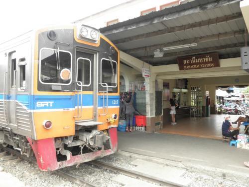 日本を出て4日目。バンコクは2日目を迎えました。<br />今日は、お目当てのタイ国鉄マハーチャイ線の旅に出ます。<br />あるサイトでマハーチャイ線の様子を見て、こんなところ一人で行けないなーって<br />思っていましたが、行ってしましました。<br />片道約1時間。往復2時間。運賃は片道10バーツ。約34円ですよ。<br />学生時代は青春18切符片手に良くローカル線の旅に出かけたものです。<br />何だかとても懐かしい気分に浸る事が出来ました。行って良かった。<br />では、旅の様子をご覧ください。<br />
