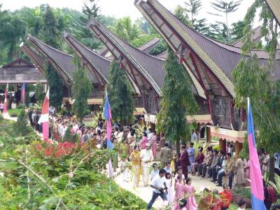 インドネシアの奥地で結婚式にゲリラ参列する