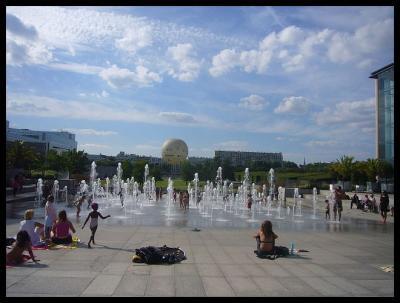 【街角の公園】夏と戯れる子供たち・・・(PARIS)