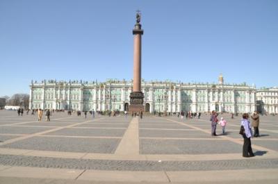 ロシアの華麗な街サンクトペテルブルグの宮殿広場とエルミタージュ美術館。