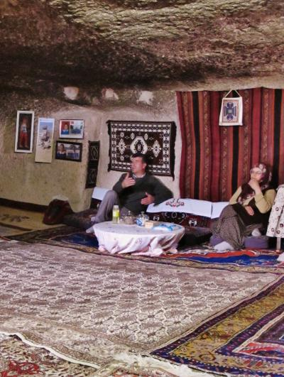 トルコ18 カッパドキアj  洞窟民家を訪問して ☆中は涼しく家族は温かく