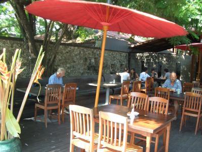 ⑤インドネシア・デンパサール・バリ島・サヌールのカフェ・バトゥジンバー(Cafe Batujimbar)オーガニックな素材を使ったグルメなカフェです。自家製のスイーツも有ります。
